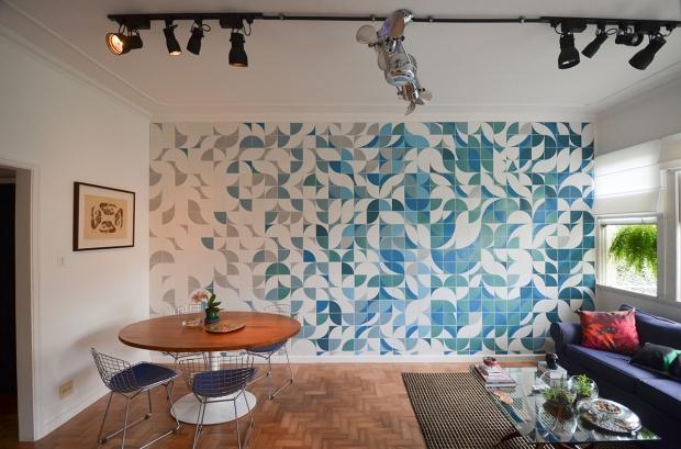 painel-em-azulejos-em-sala-de-estar