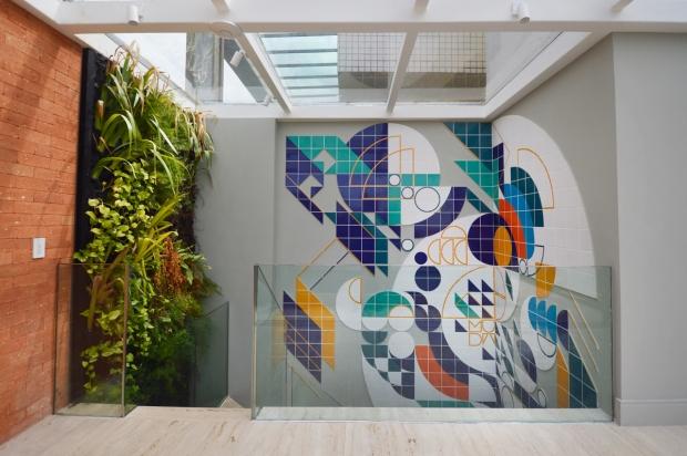 painel-em-azulejos-projetado-para-quina-de-escada