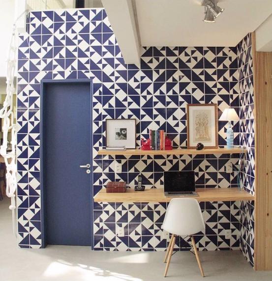 parede-de-home-office-revestida-com-azulejos-decorativos-lurca