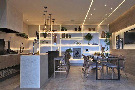 Cozinha americana com estante e rasgo em fita de LED