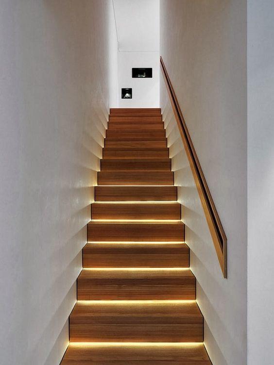 Escada com detalhe em fita de LED destacando cada degrau