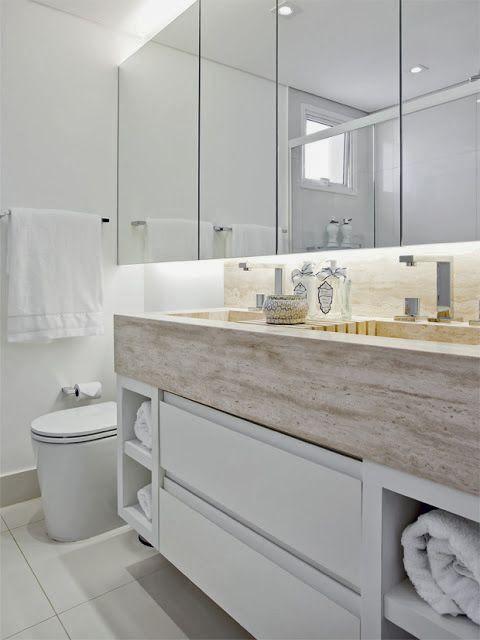 Banheiro com espelho iluminado indiretamente por fita de LED
