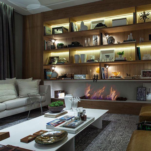 Sala de estar com estante iluminada por fitas de LED